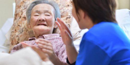 女性を介護する介護士