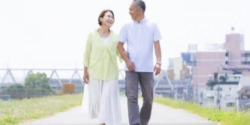 仲良く歩く老夫婦